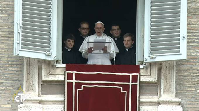 El Papa durante el Regina Coeli acompañados de los nuevos sacerdotes. Foto: Captura Youtube