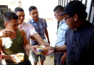 En Venezuela Un Sacerdote Multiplica Los Panes