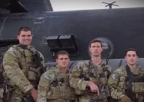 Alejandro, destacando por su altura a la izquierda de la imagen, en una de sus misiones en Afganistán