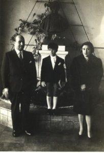 Pablo Hübner-Varela con sus padres el día de su primera comunión