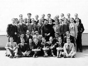 San Josemaría con un grupo de estudiantes de DYA en 1935