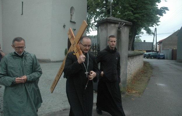 El obispo auxiliar de Czestochowa, Andrzej Przybylski, portando la cruz en peregrinación
